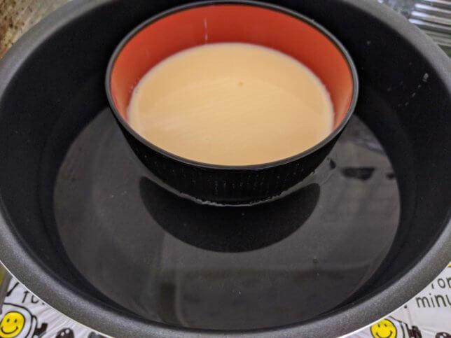 フライパンに入れて、器の半分ぐらいの水を入れる