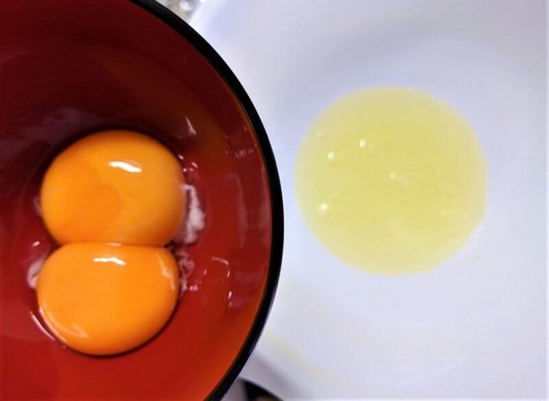 卵を卵黄と卵白に分けます
