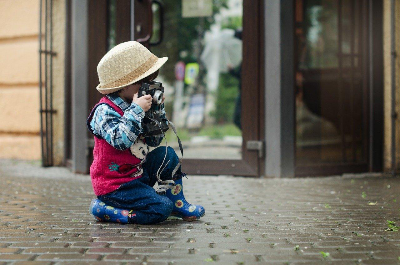 カメラを構える子ども